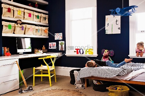 kinderzimmer mit aufbewahrungssystem stoffschachteln in regal ber dem schreibtisch bild. Black Bedroom Furniture Sets. Home Design Ideas