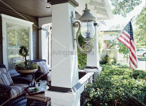 M blierte veranda mit amerikanischer flagge an s ule for Innendesigner schweiz