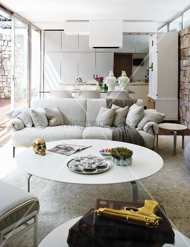 im italienischen designerstil eingerichteter offener wohnraum mit natursteinw nden und. Black Bedroom Furniture Sets. Home Design Ideas