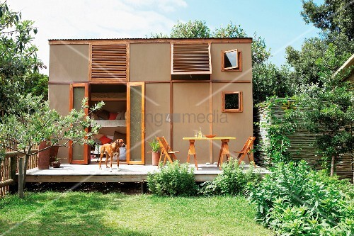 sommerstimmung im garten mit terrasse vor w rfelf rmigem fertighaus bild kaufen living4media. Black Bedroom Furniture Sets. Home Design Ideas