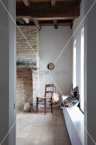 Blick durch offene t r auf holzstuhl neben altem offenem for Innendesigner wien