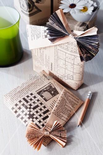 geschenkt ten aus zeitungspapier gebastelt bild kaufen living4media. Black Bedroom Furniture Sets. Home Design Ideas