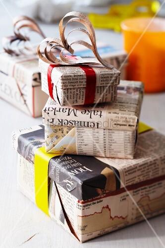 Geschenkkartons in zeitungspapier eingewickelt mit - Bilder mit zeitungspapier ...
