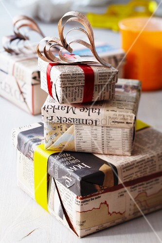 geschenkkartons in zeitungspapier eingewickelt mit dekoherzen bild kaufen living4media. Black Bedroom Furniture Sets. Home Design Ideas