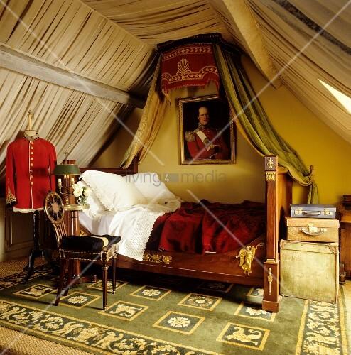 antikes schlittenbett mit baldachin und helle stoffverkleidung aus einzelnen b ndern an wand und. Black Bedroom Furniture Sets. Home Design Ideas