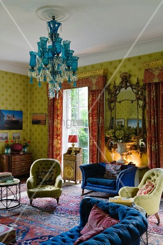 traditioneller englischer wohnraum mit starken farbkontrasten durch gelb gemusterte tapete. Black Bedroom Furniture Sets. Home Design Ideas