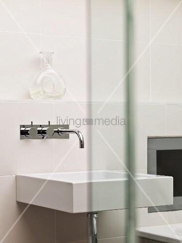 rechteckiges weisses waschbecken mit gl nzender. Black Bedroom Furniture Sets. Home Design Ideas