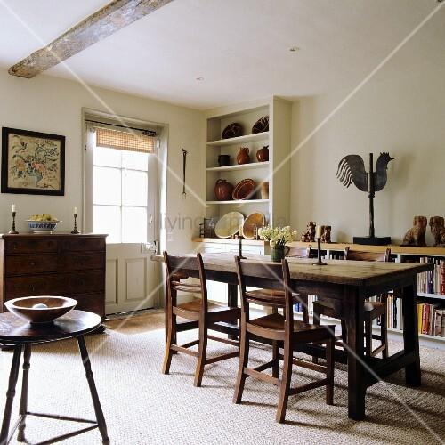 l ndliches esszimmer esstisch und st hle aus holz in zimmerecke regalschrank mit. Black Bedroom Furniture Sets. Home Design Ideas