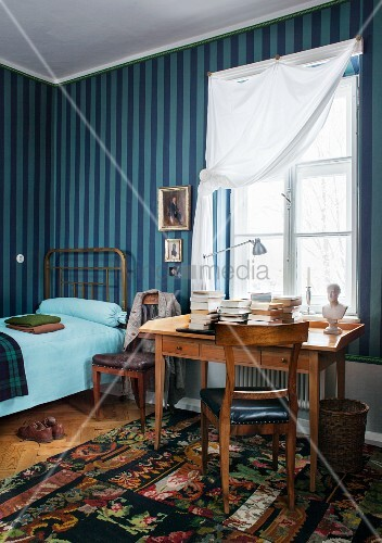gestreifte wandgestaltung in blaut nen dazu der biedermeier schreibtisch vor dem fenster f r. Black Bedroom Furniture Sets. Home Design Ideas
