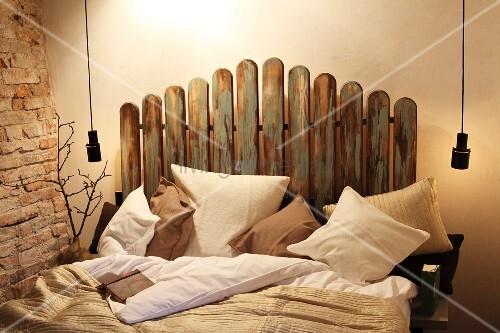 doppelbett mit lattenzaun als bettkopfteil bild kaufen living4media. Black Bedroom Furniture Sets. Home Design Ideas