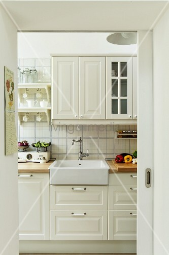 Fenster mit sprossen landhausstil  Loungeecke mit heller Polstercouch und Spiegel mit Sprossen ...