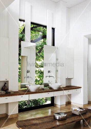 zwischen w nde eingespannter waschtisch mit aufsatzbecken. Black Bedroom Furniture Sets. Home Design Ideas