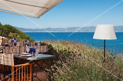 terrasse mit meerblick des hotels cap rocat mallorca spanien bild kaufen living4media. Black Bedroom Furniture Sets. Home Design Ideas