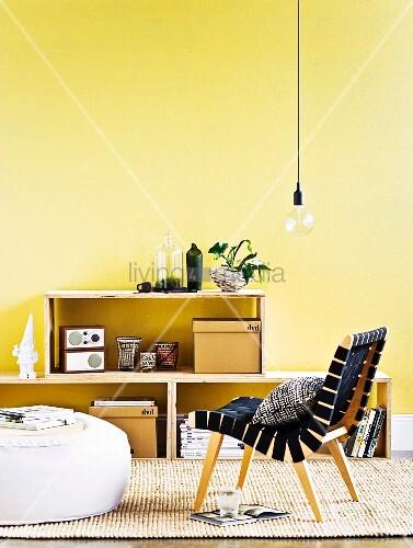 Selbstgemachtes Regal aus Sperrholz vor gelber Wand, im ...