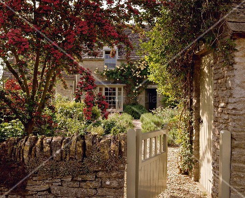 blick in garten eines cotswold cottage england bild. Black Bedroom Furniture Sets. Home Design Ideas