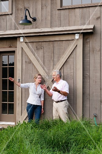 Mann und frau unterhalten sich mit gesten vor einem gro en for Innendesigner schweiz