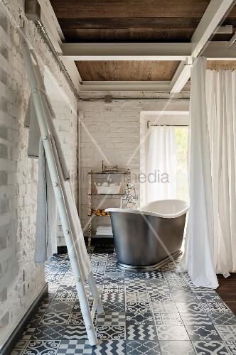 leiter als handtuchhalter im hintergrund freistehende vintage badewanne hinter vorhang in. Black Bedroom Furniture Sets. Home Design Ideas