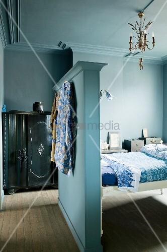 Schlafzimmer in blaut nen mit bett zwischenwand als for Innendesigner wien