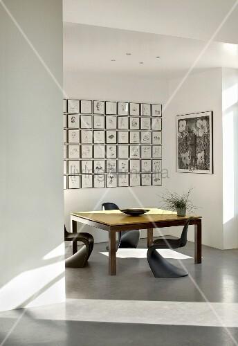 Ausstellungsraum für moderne Kunst mit Tisch und Stühlen ...