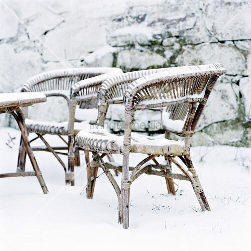 korbst hle in verschneitem garten bild kaufen living4media. Black Bedroom Furniture Sets. Home Design Ideas