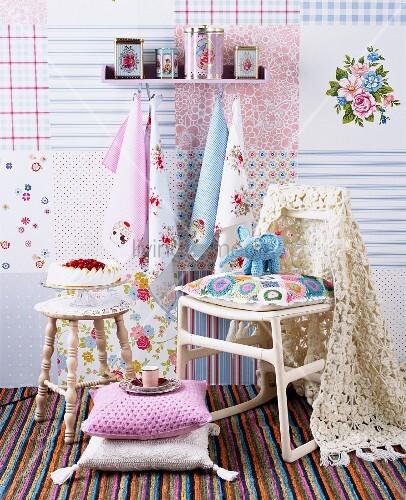 kissen auf boden und h keldecken auf stuhl vor wand mit patchworkmuster bild kaufen living4media. Black Bedroom Furniture Sets. Home Design Ideas