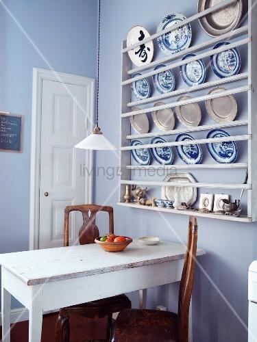 tellerregal mit blauweiss geschirr und zinntellern in. Black Bedroom Furniture Sets. Home Design Ideas