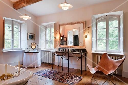 grosszügiges badezimmer in altbau mit waschbecken auf eisengestell, Badezimmer
