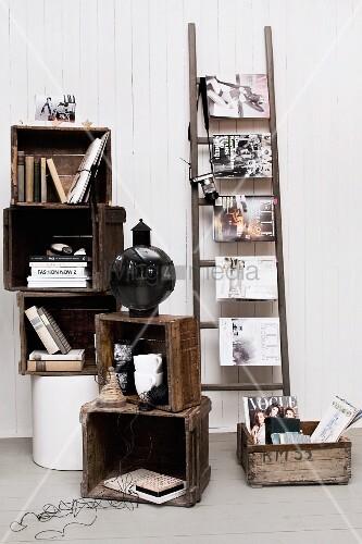 gestapelte holzkisten mit b chern und deko daneben eine leiter mit quergeh ngten. Black Bedroom Furniture Sets. Home Design Ideas