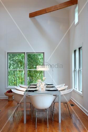 Weisse schalenst hle an gedecktem tisch in for Esszimmer schalenstuhl