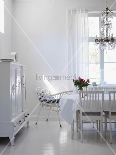 wohnraum in weiss mit esstisch kronleuchter kinderbettchen buffetschrank bild kaufen. Black Bedroom Furniture Sets. Home Design Ideas