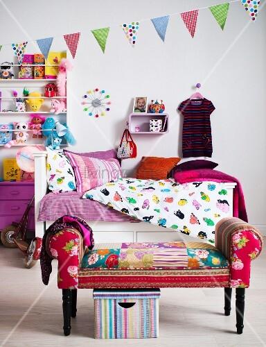 farbenfrohes kinderzimmer mit bett regal hocker bild. Black Bedroom Furniture Sets. Home Design Ideas
