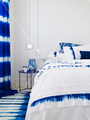 schlafzimmer in blau weiss mit doppelbett nachttischchen teppich vorh ngen bild kaufen. Black Bedroom Furniture Sets. Home Design Ideas