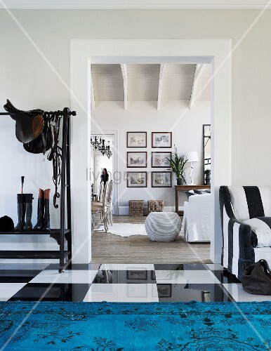 blick vom eingangsbereich mit gl nzendem schachbrettmuster. Black Bedroom Furniture Sets. Home Design Ideas