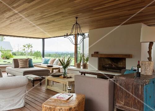 gem tliches wohnzimmer mit offenem kamin modernen und vintage m beln und einem prachtvollen. Black Bedroom Furniture Sets. Home Design Ideas