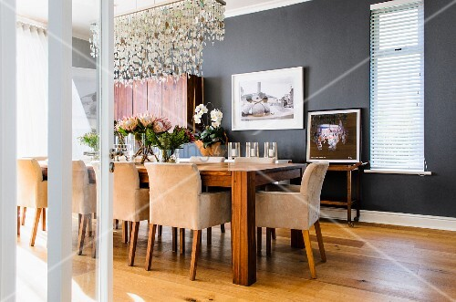 elegantes anthrazitfarbenes esszimmer mit langem esstisch und gepolsterten armst hlen ber dem. Black Bedroom Furniture Sets. Home Design Ideas
