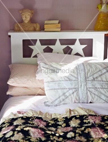 doppelbett mit sternenmotiv selbstgen hten kissen und schwarzem bett berwurf mit blumenmuster. Black Bedroom Furniture Sets. Home Design Ideas
