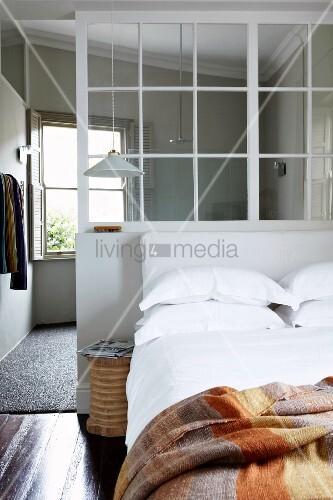 Innenfenster  Gemütliches Doppelbett an Trennwand mit Innenfenster; im ...