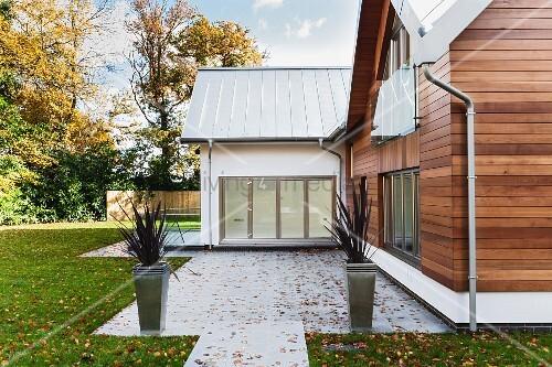 zeitgen ssisches architektenhaus mit vorgezogenem anbau. Black Bedroom Furniture Sets. Home Design Ideas