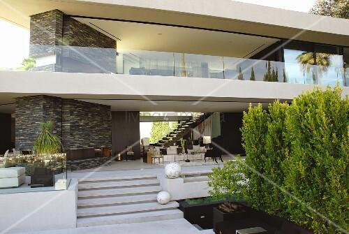grossz gige terrasse mit outdoorm beln und weissen deko. Black Bedroom Furniture Sets. Home Design Ideas