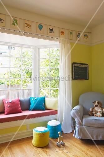 gem tliches zimmerecke mit polstersessel und sitzbank im erker bild kaufen living4media. Black Bedroom Furniture Sets. Home Design Ideas
