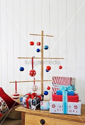 weihnachtsbaum aus holzst ben dekoriert mit kugeln in blau. Black Bedroom Furniture Sets. Home Design Ideas