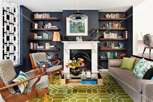 gepolsterte armlehnsessel und schlichtes sofa auf olivgr nem teppich mit wabenmuster seitlich. Black Bedroom Furniture Sets. Home Design Ideas