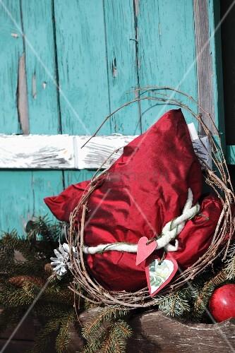 Rotes seidenkissen mit nostalgischer weihnachtsdeko vor for Nostalgische weihnachtsdeko