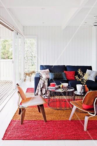gem tlicher loungebereich auf gestreiftem teppich vor ge ffneter terrassenschiebet r bild. Black Bedroom Furniture Sets. Home Design Ideas