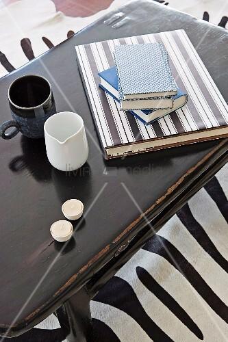 b cher mit diy umschl gen becher und teelichter auf couchtisch bild kaufen living4media. Black Bedroom Furniture Sets. Home Design Ideas
