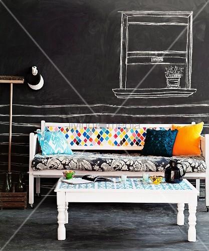 weiss lackierte holzbank und tisch mit buntem stoffmix. Black Bedroom Furniture Sets. Home Design Ideas