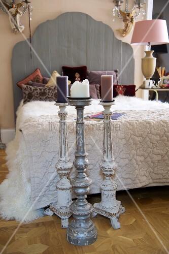 boden kerzenst nder vor franz sischem bett mit holz. Black Bedroom Furniture Sets. Home Design Ideas