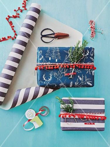 utensilien ideen f r dekorative geschenkverpackungen bild kaufen living4media. Black Bedroom Furniture Sets. Home Design Ideas