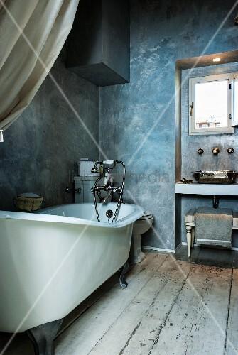 blick in schmales vintage bad mit freistehender badewanne rustikalem dielenboden und graublauer. Black Bedroom Furniture Sets. Home Design Ideas