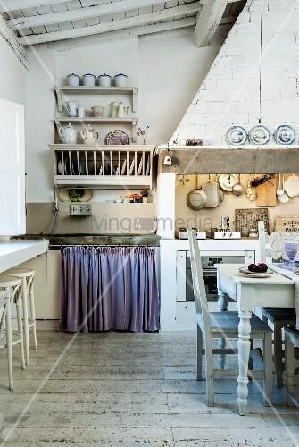 rustikale vintage k che mit essplatz vor herd unter gemauertem dunstabzug bild kaufen. Black Bedroom Furniture Sets. Home Design Ideas